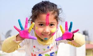 手沾满了颜料的小女孩摄影高清图片