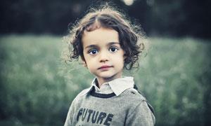 穿着毛衣的卷发小女孩摄影高清图片