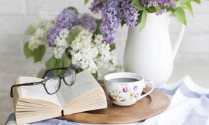 咖啡书本与紫丁香花朵摄影高清图片