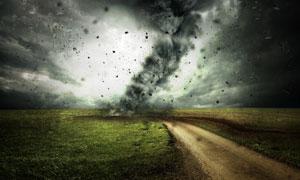 遭到龙卷风重创的草地摄影高清图片