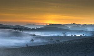 雾气笼罩中的群山村庄摄影高清图片