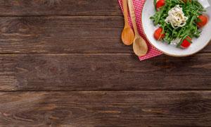 桌上的蔬菜沙拉与餐具摄影高清图片