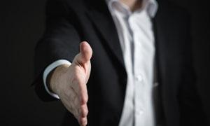 伸出手准备握手的人物局部摄影图片