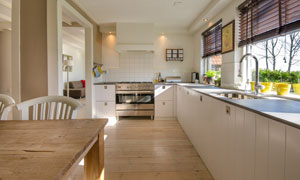 桌椅与开放式厨房内景摄影高清图片