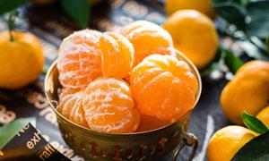 容器里剥好的桔子特写摄影高清图片