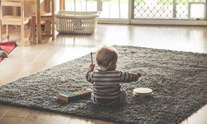 独自在地毯上玩耍的小宝宝高清图片