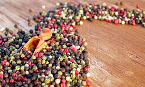 桌上的胡椒等调味物料摄影高清图片