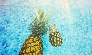 掉进水池中的菠萝特写摄影高清图片