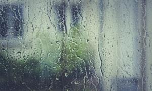 被雨水淋到的玻璃特写摄影高清图片