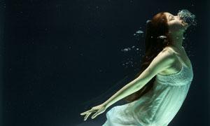水中往上游的长裙美女摄影高清图片