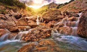 山间石头上流淌的瀑布摄影高清图片