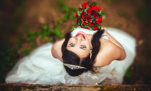 双手拿着玫瑰花的新娘摄影高清图片