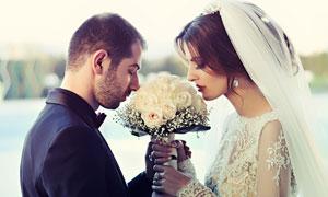 沉浸在幸福之中的新娘新郎高清图片