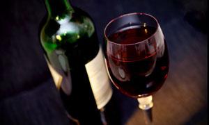 倒满了葡萄酒的高脚杯摄影高清图片
