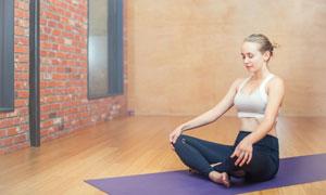 屏气凝神做瑜伽的美女摄影高清图片