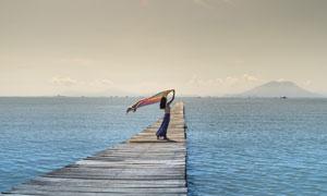 大海栈桥上的美女人物摄影高清图片