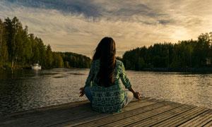 面朝湖水盘腿坐的美女摄影高清图片