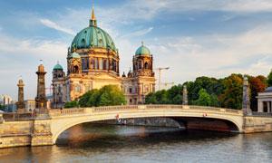 柏林大教堂与施普雷河上的桥梁图片