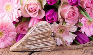 菊花玫瑰花与心形木牌摄影高清图片