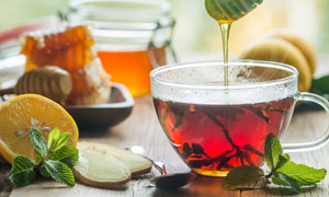 加入了蜂蜜的红茶特写摄影高清图片