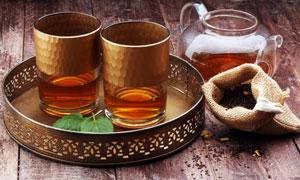 装有茶水的茶杯茶壶等摄影高清图片