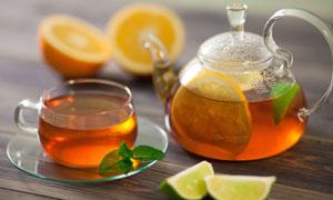 柠檬与沏好的茶水特写摄影高清图片