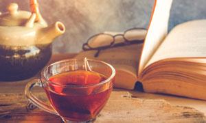 茶壶茶杯与打开的书本摄影高清图片