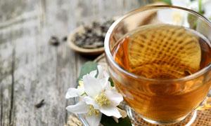 白色鲜花与杯中茶特写摄影高清图片