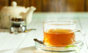 茶壶茶叶与冒着热气的茶水高清图片