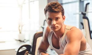 做肌肉力量训练的肌肉男子高清图片