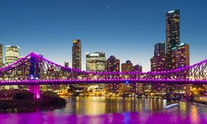 城市夜景与紫色光装饰的桥高清图片