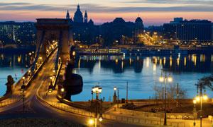 布达佩斯的塞切尼链桥夜景高清图片
