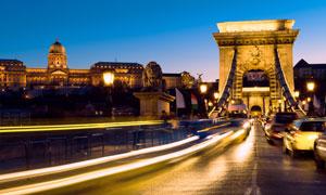 布达佩斯夜晚繁忙交通摄影高清图片