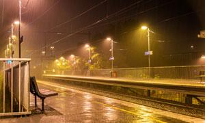 雨天路灯照耀下的站台夜景摄影图片
