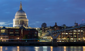 在泰晤士河畔的大教堂摄影高清图片