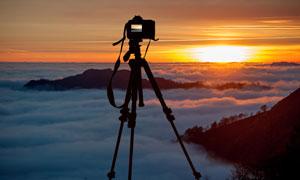 拍摄云海美景的照相机摄影高清图片