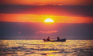 夕阳西下湖上泛舟美景摄影高清图片