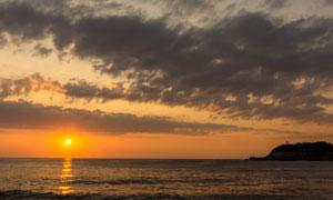 夕阳海景与空中的乌云摄影高清图片