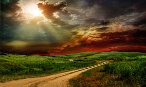 阳光乌云下的田间小路摄影高清图片