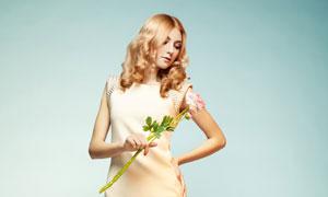 手里拿着一枝花的美女摄影高清图片