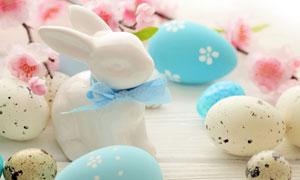 彩蛋与系着丝带的兔子雕塑高清图片