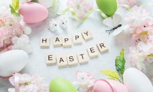 彩蛋与印有字母的木块摄影高清图片