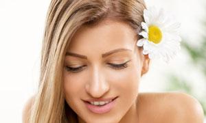 手捧着菊花的长发美女摄影高清图片