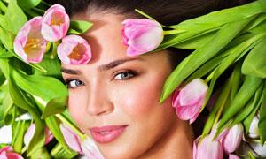在郁金香鲜花下的美女摄影高清图片