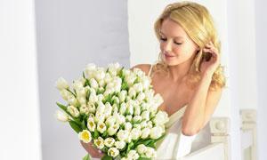 靠着栏杆拿鲜花的美女摄影高清图片