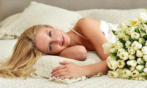 郁金香花与躺着的美女摄影高清图片