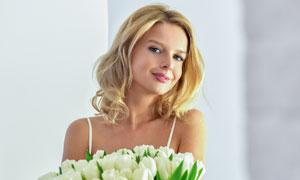 怀里抱着一大束鲜花的美女高清图片