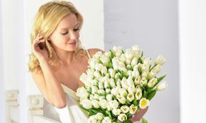 拿着郁金香花束的吊带美女高清图片