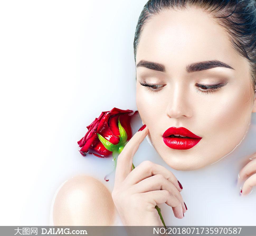 高清图片 美女图片 > 素材信息          在花瓣牛奶浴中的美女摄影