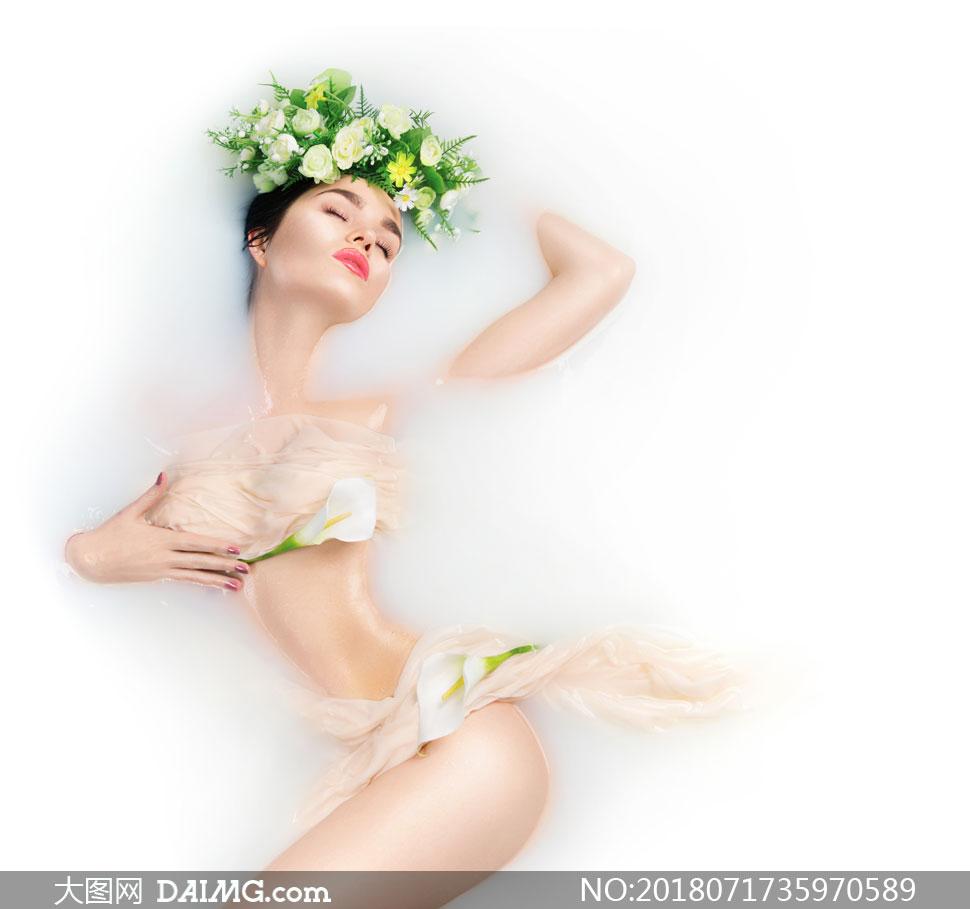 花瓣奶浴中的浓妆美女摄影高清图片         在花瓣牛奶浴中的美女